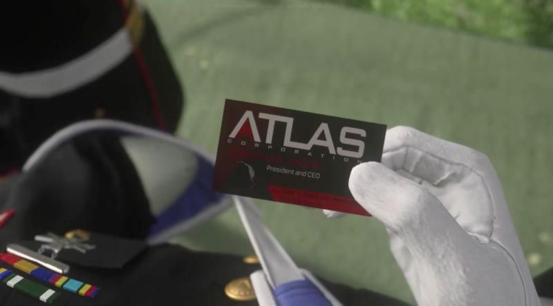 Veterano amputado com o cartão de visitas do CEO em mão.